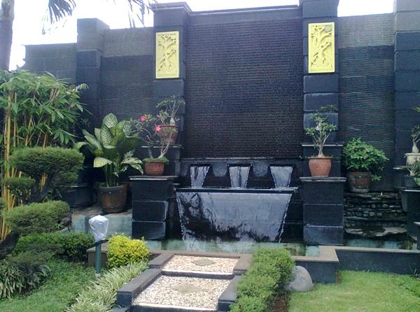 Taman rumah minimalis dengan dinding batu alam 1