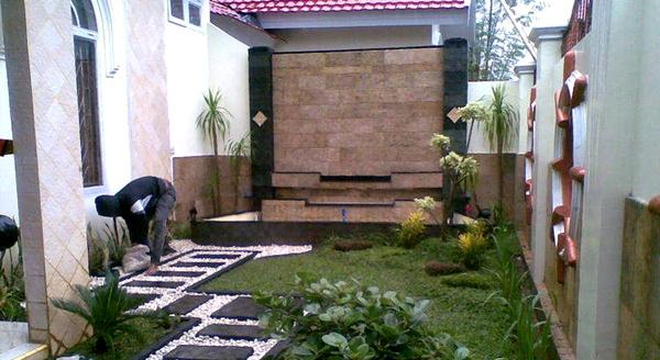 Taman rumah minimalis dengan dinding batu alam 2