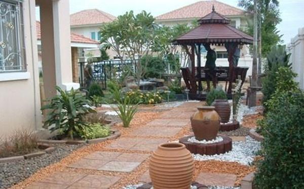 Taman rumah minimalis dengan gazebo 2