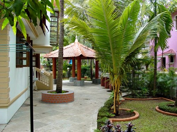 Taman rumah minimalis dengan gazebo 3