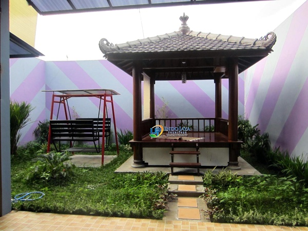Taman rumah minimalis dengan gazebo 5