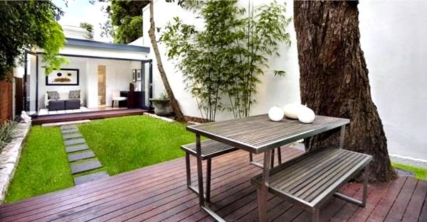 Taman rumah minimalis dengan meja 1