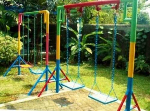Taman minimalis dengan ayunan