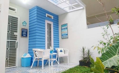 Kombinasi Warna Cat Teras Rumah Biru Langit & Putih